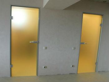 Самый подходящий и привлекательный материал для влагостойких дверей в ванную комнату и туалет – стекло