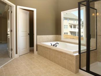Ещё один вариант влагостойких дверей для ванной комнаты – это дерево и ДСП