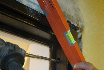 Для установки дверей в ванную или санузел нужно наращивать перегородки до нужной толщины