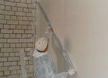 Выровнять стену в ванной под плитку можно воспользовавшись штукатуркой