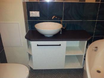 Тумба с накладной раковиной для ванной комнаты может изготавливаться из ДСП или МДФ