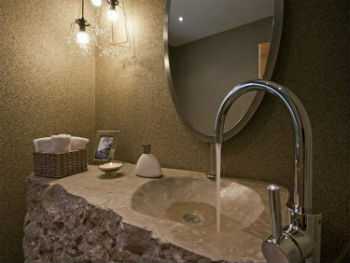 Прочный и привлекательный натуральный камень обладает высокой пористостью, снижающей водонепроницаемость