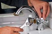 установить кран для ванной