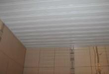 Применение сайдинга для отделки потолков в ванной комнате