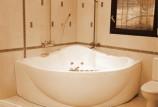 Угловая ванна: какие бывают, плюсы и минусы