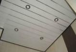 Применение панелей ПВХ для отделки потолка в ванной комнате